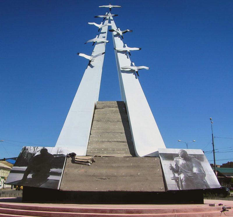 г. Астрахань. Памятник «Журавли», установлен в 2015 году на улице Победы в честь павших в годы войны.