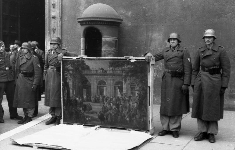 Немецкие солдаты позируют перед Палаццо Венеция в Риме с картиной из Национального музея Италии.