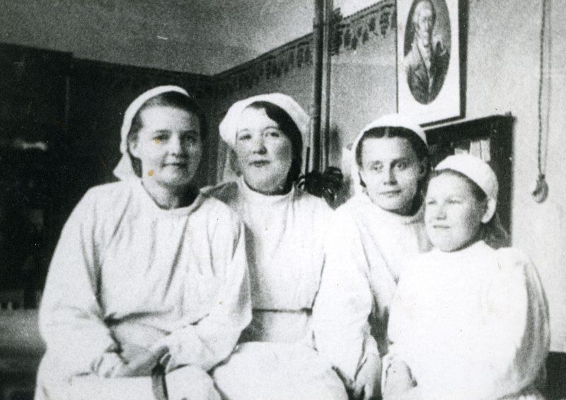 Архангельские военные хирурги: Н.Д.Анисимова, Е.Н.Громова, З.А.Раевская, А.Л.Тюкина. 1941 г.