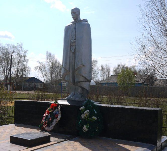 п. Коммунаров Новомосковского р-на. Памятник, установленный на братской могиле, в которой похоронены советские воины, погибшие в годы войны.