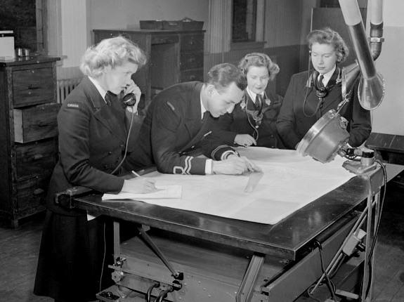 Операторы из WRCNS над составлением оперативной карты. Июнь 1944 г.
