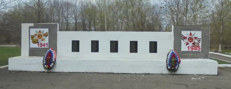 г. Донской. Памятник по улице Белякова, установленный в 1987 году в честь погибших земляков.