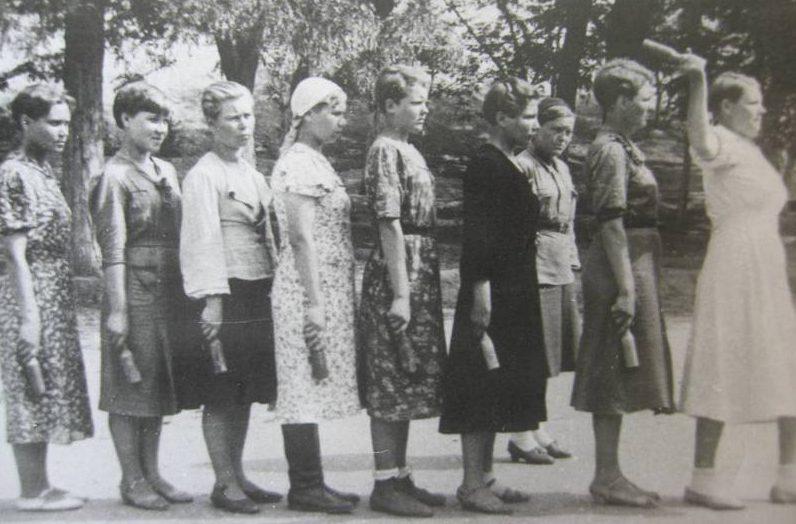 Девушки на занятиях по всеобщему военному обучению. 1942 г.