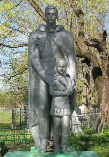 г. Алексин. Памятник, установленный в 1968 году на братской могиле, в которой похоронено 160 советских воинов, в т.ч. 14 неизвестных.