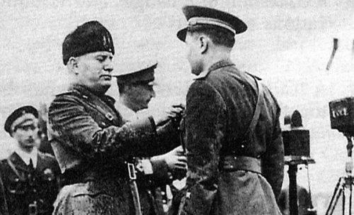 Муссолини награждает сотрудников OVRA.