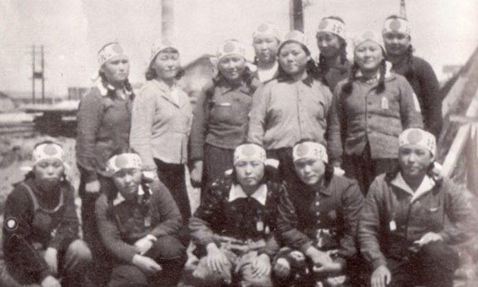Служащие Женского корпуса в повязках-хатимаки с надписью «божественный ветер». 1941 г.