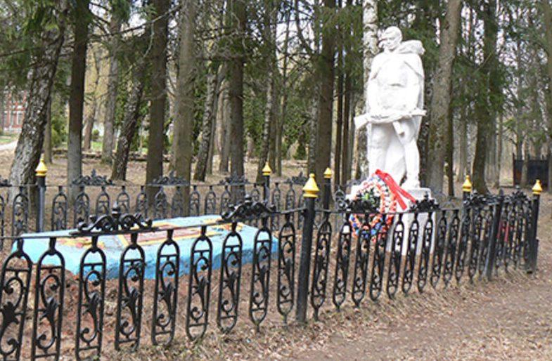 г. Алексин. Памятник, установленный на братской могиле в парке Алексинского опытного механического завода.
