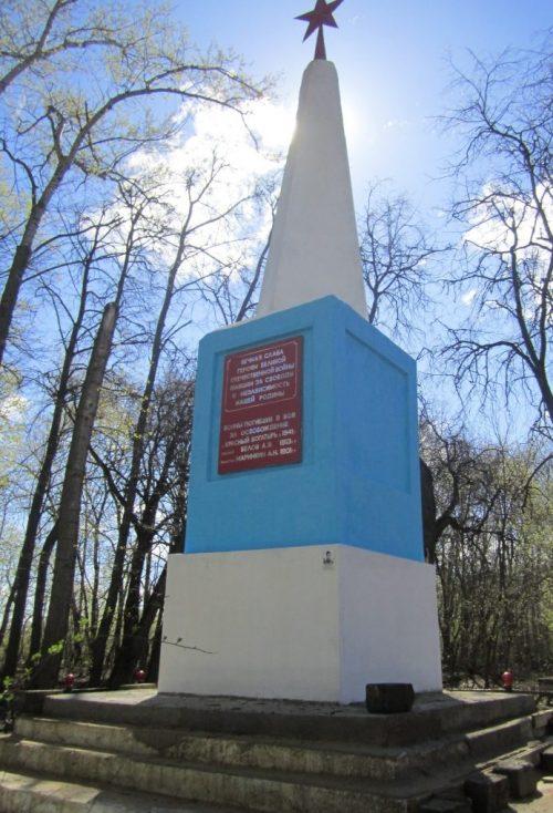 п. Красный Богатырь Новомосковского р-на. Обелиск, установленный в 1950 году на братской могиле, в которой похоронены советские воины, погибшие в годы войны.