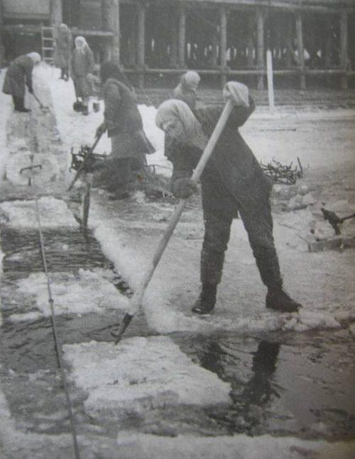 Работники Астраханского икорно-балычного завода на заготовке льда. 1942 г.