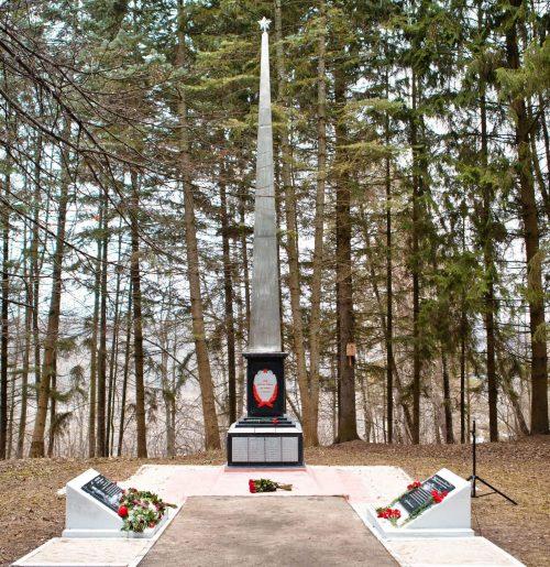г. Алексин. Мемориал бойцам 340-й стрелковой дивизии, установленный в Петровском парке. Здесь же находятся две братские могилы, в которых захоронено 122 советских воина.