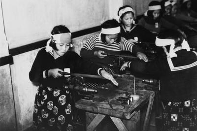 Обучение школьниц слесарному делу. 1941 г.