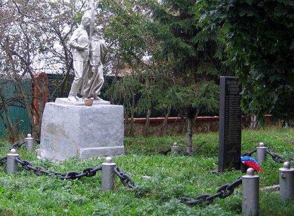 с. Малое Колодезное Новомосковского р-на. Памятник погибшим землякам.