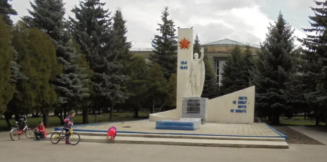 г. Донской. Памятник по улице Ленина, установленный в 1969 году на братской могиле советских воинов, погибших в годы войны.