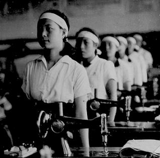 Школьницы в швейном цеху. 1941 г.