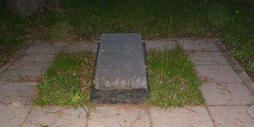 г. Алексин. Памятный камень на братском кладбище итальянских военнопленных.