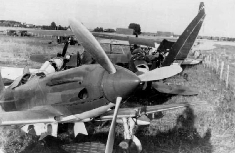Брошенные советские самолеты на полевом аэродроме под Луцком. Июнь 1941 г.