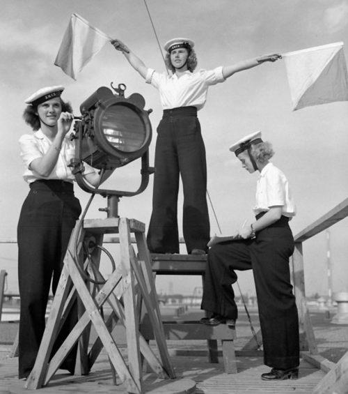 Женщины WRCNS в школе подготовки связистов. Квебек, сентябрь 1944 г.