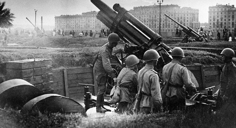 Зенитное орудие в городе. 1942 г.