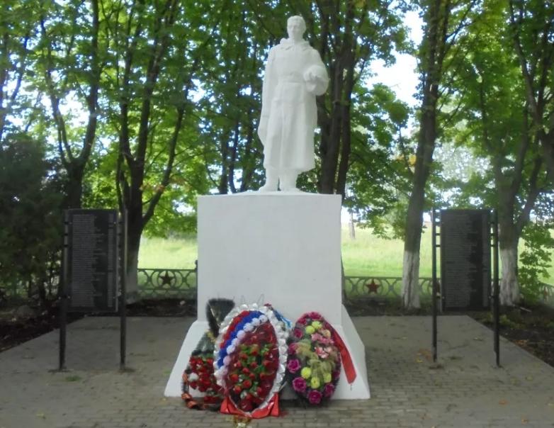 г. Донской. Памятник по улице Кирова, установленный в 1969 году на братской могиле советских воинов, погибших в годы войны.