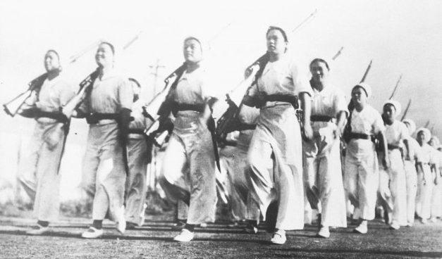 Военные тренировки японских женщин на Токийской текстильной фабрике. 1941 г.