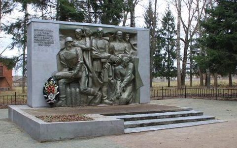 п. Авангард Алексинского городского округа. Памятник, установленный на братской могиле, в которой похоронены советские воины.
