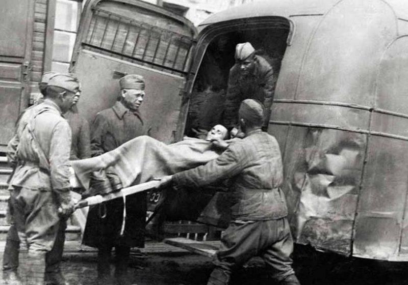 Эвакуация раненого. 1941 г.