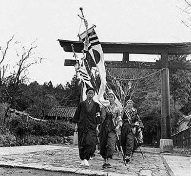 Учащиеся школы для девочек префектуры Кагосима, направляются на полевые работы. Октябрь 1941 г.