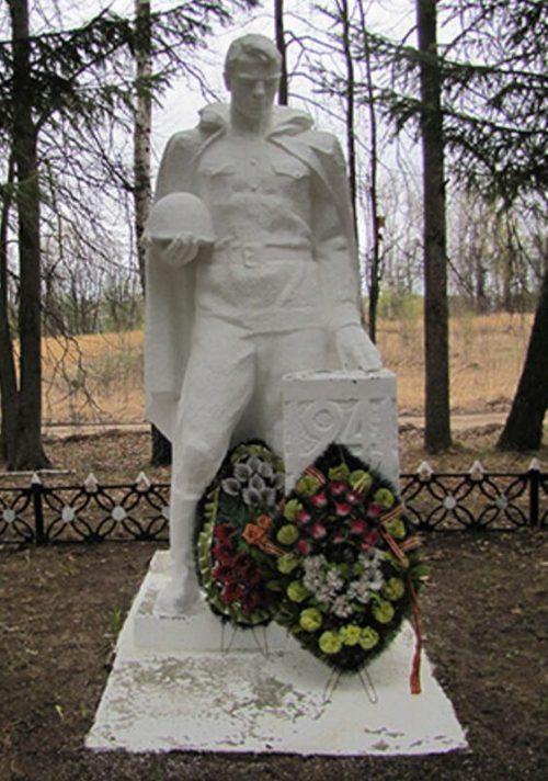 д. Большое Савватеево Алексинского городского округа. Памятник, установленный на братской могиле, в которой похоронены советские воины.