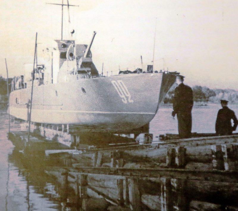 Спуск очередного бронекатера на судостроительном заводе. 1942 г.