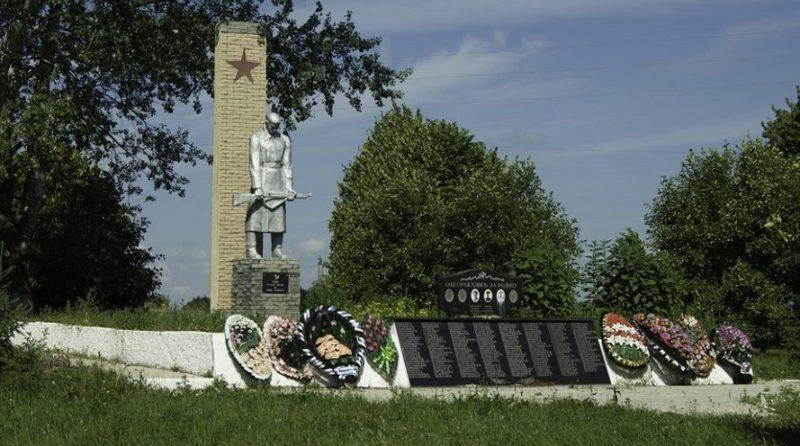 д. Ботня Алексинского городского округа. Мемориал, установленный на братской могиле, в которой похоронены 300 советских воинов, в т.ч. 100 неизвестных.