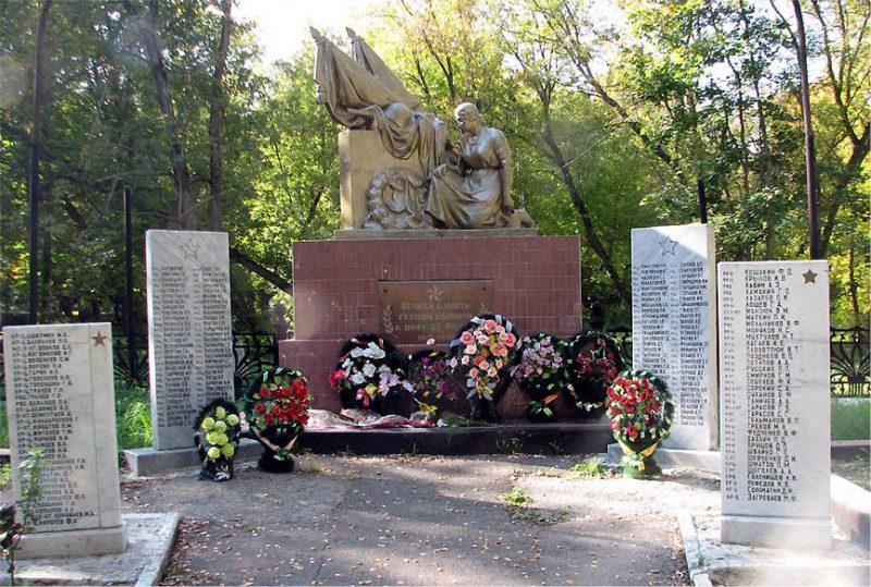 п. Теплое Тепло-Огаревского р-на. Памятник по улице Бутырской, установленный у братских могил, в которых захоронены советские воины , погибшие в годы войны.