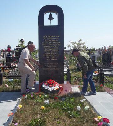 г. Астрахань. Памятник на кладбище по улице Рождественского, установленный в 1999 году в честь 227 граждан, эвакуированных из западных районов страны и умершим от ран, болезней, голода и пострадавших от военных действий в годы войны.