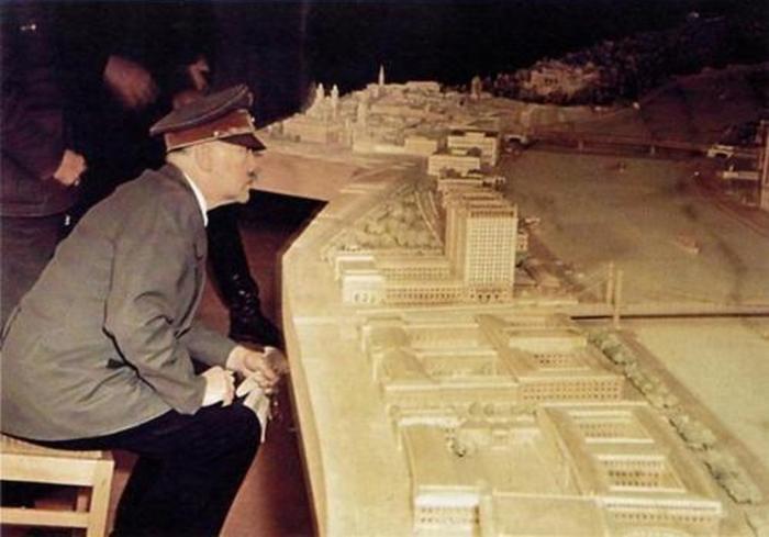 Адольф Гитлер знакомится с макетом будущего музейного комплекса. Январь 1945 г.