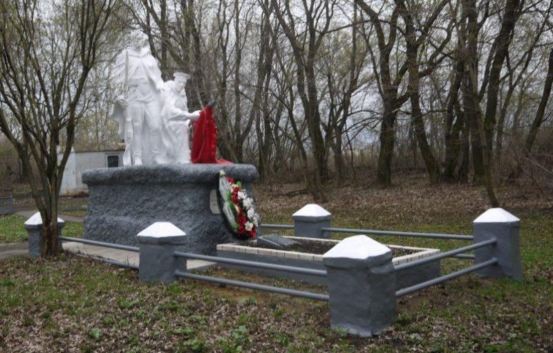 г. Новомосковск. Памятник, установленный в 1957 году на братской могиле, в которой похоронены советские воины, погибшие в годы войны.