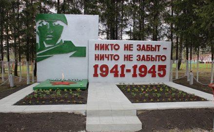 с. Бутырки Узловского р-на. Памятник, установленный в 1985 году односельчанам, погибшим в годы войны.