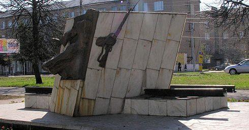 г. Новомосковск. Памятник сталиногорцам участникам войны, установленный в 1995 году по улице Московской.