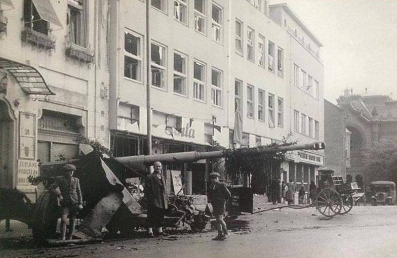 Немецкие противотанковые пушки Pak-43 на городской улице. 1944 г.