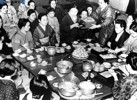 Обучение женщин приготовлению блюд из овощей, в связи с нехваткой риса. 1941 г.