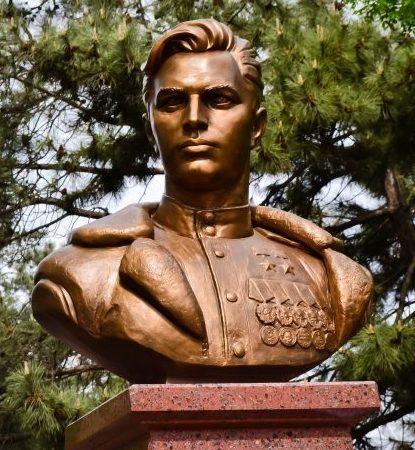 г. Астрахань. Бюст лётчику-истребителю дважды Герою Советского Союза Н.М. Скоморохову, установленный в 2018 году на бульваре Победы.