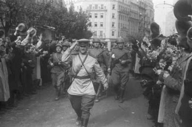 Красная Армия входит в Унгвар. 27 сентября 1944 г.