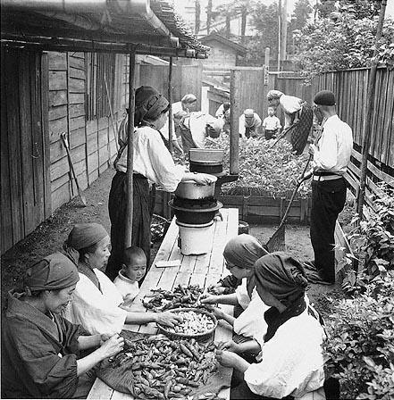 Приготовление пищи для общественной столовой. 1941 г.
