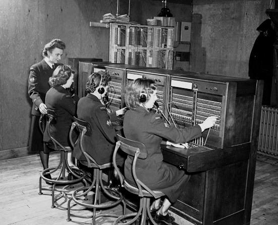 Операторы телефонного коммутатора из WRCNS за работой. Ньюфаундленд, 2 февраля 1945 г.