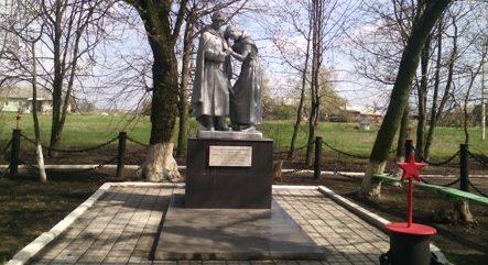 д. Каменка Узловского р-на. Памятник, установленный в 1969 году на братской могиле, в которой похоронены советские воины.