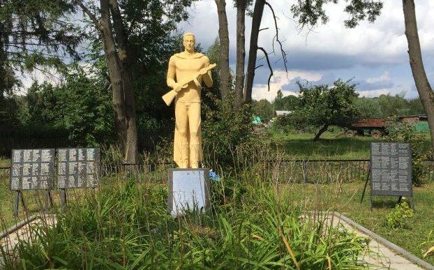 с. Поповка Алексинского городского округа. Памятник, установленный на братской могиле, в которой похоронены 94 советских воина.