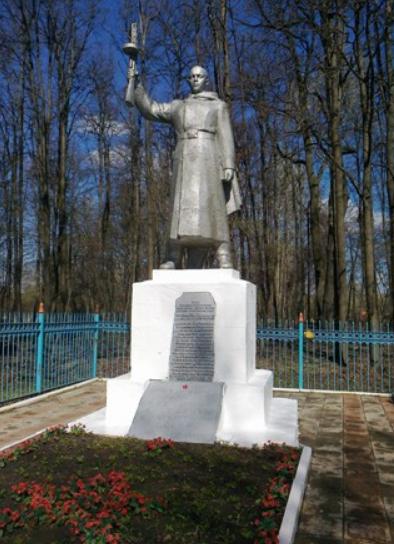 д. Огаревка Узловского р-на. Памятник, установленный в 1971 году на братской могиле, в которой похоронены советские воины.