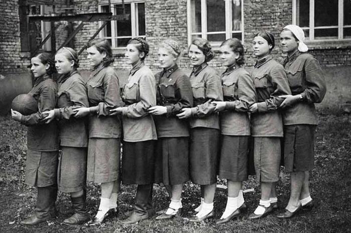 Матч в госпитальном дворе. 1943 г.