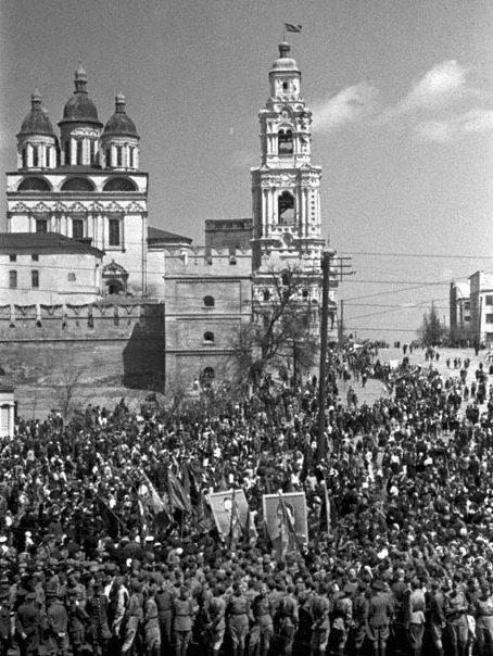 Празднование дня Победы. 9 мая 1945 г.