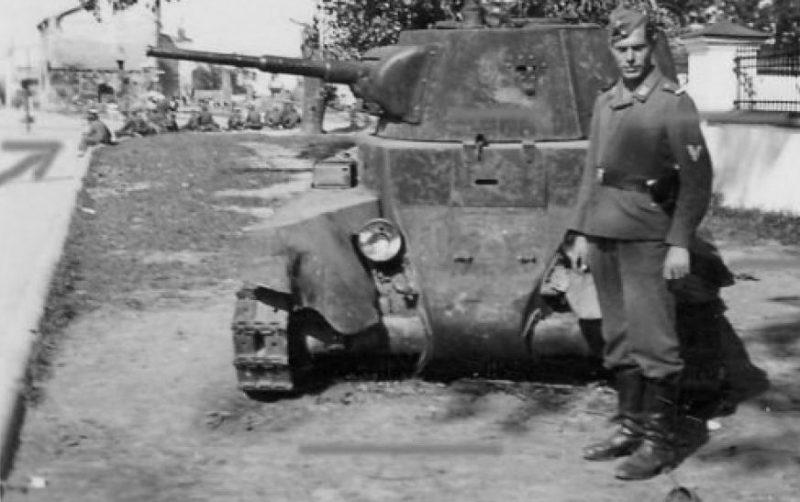 Брошенная советская техника на улицах города. 1941 г.