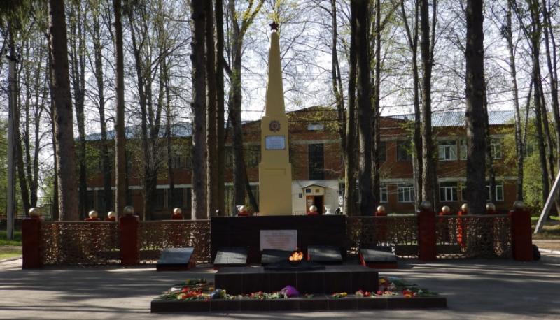 п. Дубна. Мемориал, установленный в 1949 году на месте захоронения 117 советских воинов, в т.ч 21 неизвестного.