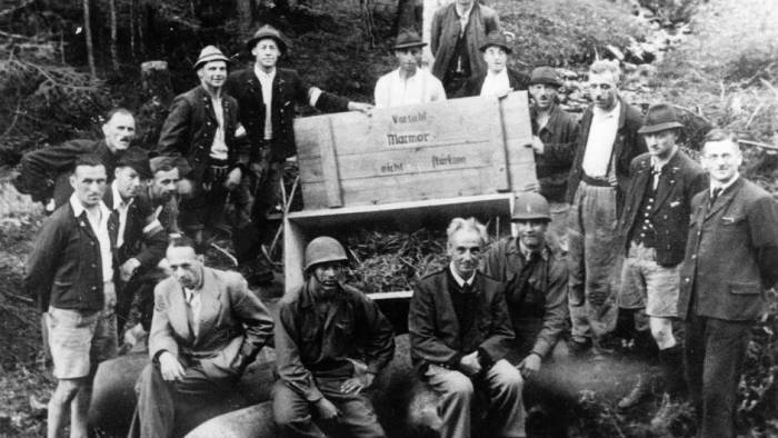 Группа шахтеров-спасителей коллекции с американцами у ящика из-под авиационной 500-кг бомбы у соляного рудника Альтаусзее. Май 1945 г.